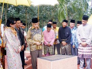Tuanku Muhriz ke makam Raja Melewar
