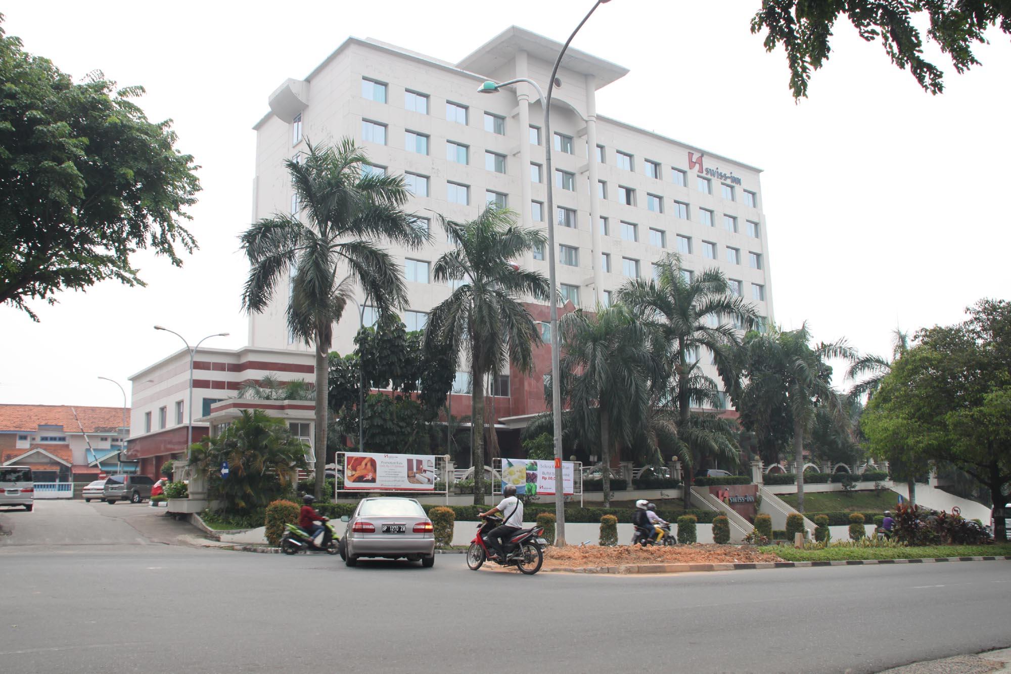 https://suprizaltanjung.files.wordpress.com/2013/06/swiss-inn-hotel-penuin-sn-17-juni-2013-f-suprizal-tanjung-image.jpg