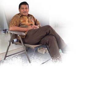 Yuhendri duduk santai di rumahnya copy