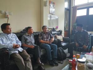 DISKUSI: Komisioner KPU-RI Hadar Nafis Gumay berdiskusi dengan Ketua KPU Payakumbuh Hetta Manbayu, serta dua komisioner setempat, Muhammad Khadafi dan Yuzalmon, Sabtu (17/9) lalu--fajar rillah/padang ekspres
